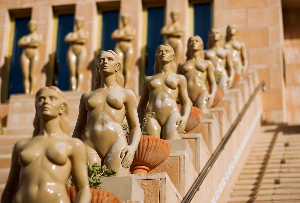 Row_of_nude_women