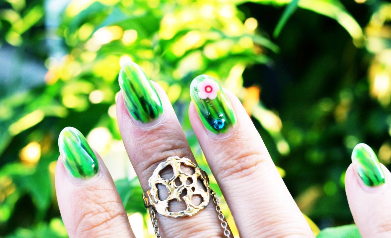 Трава на ногтях