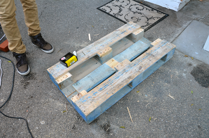 pallet table construction 1 Журнальный столик своими руками от молодой пары. + Видео  svoimi rukami %d0%bc%d0%b5%d0%b1%d0%b5%d0%bb%d1%8c poddon palletyi