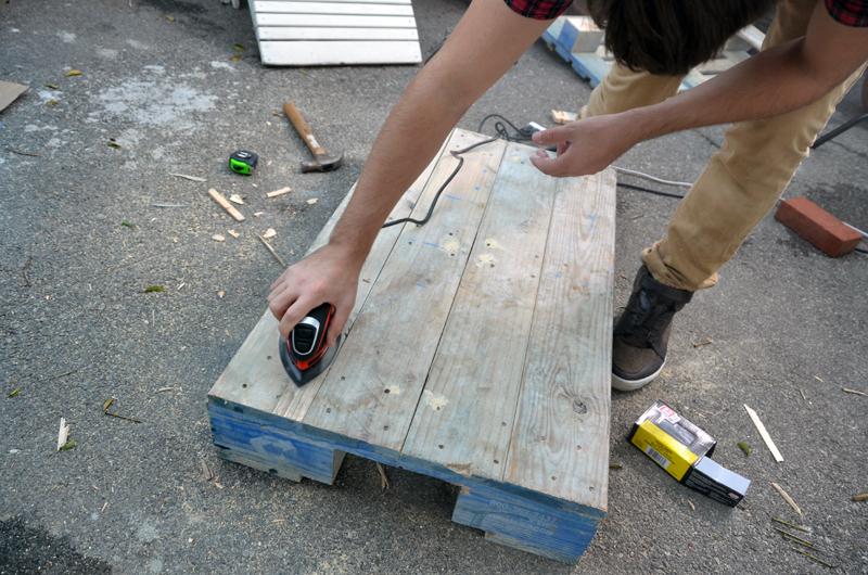 pallet table sand 1 Журнальный столик своими руками от молодой пары. + Видео  svoimi rukami %d0%bc%d0%b5%d0%b1%d0%b5%d0%bb%d1%8c poddon palletyi