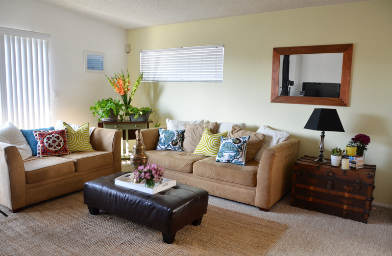 Mr kate diy craftsmen inspired statement mirror for Rental apartment living room decorating ideas