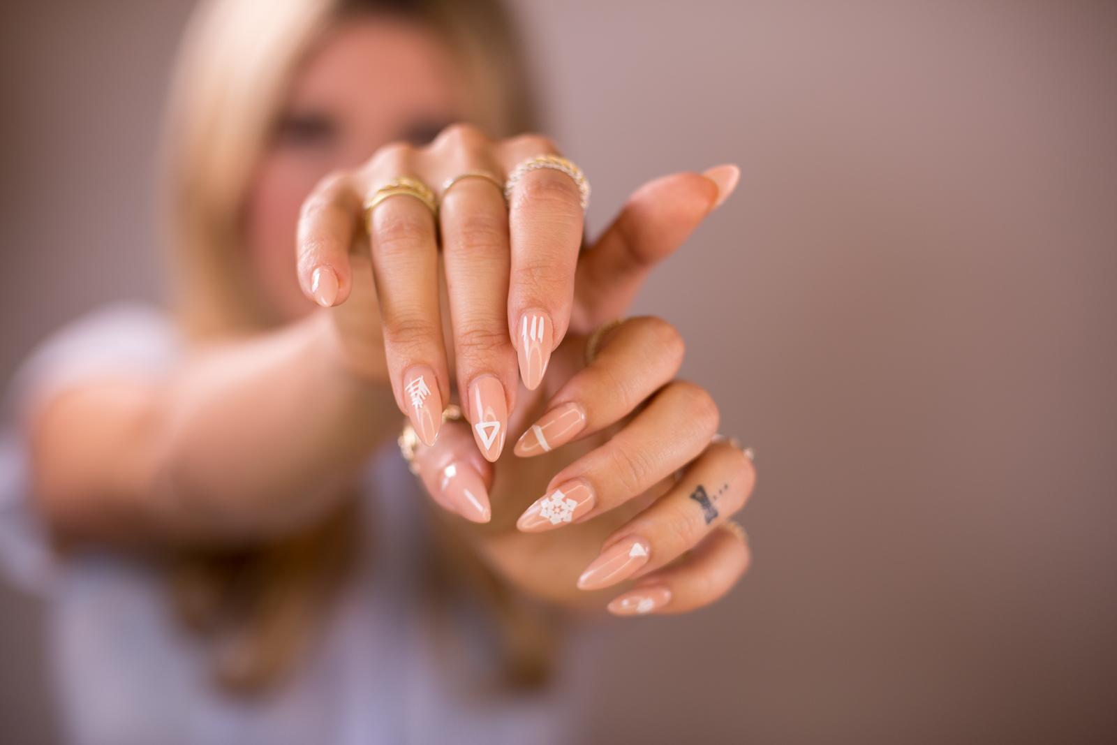 Красивый дизайн бежевых ногтей