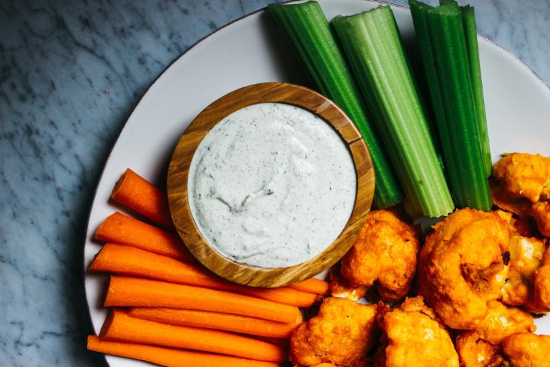 CauliflowerBuffaloWingsW-VeganRanch-17