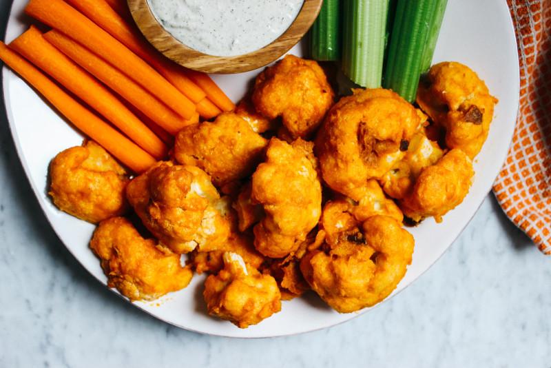 CauliflowerBuffaloWingsW-VeganRanch-24