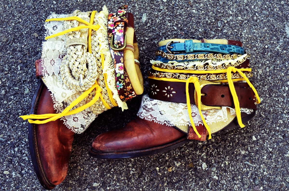 How to reuse old belts. Upcycled leather belt projects. Old leather belt crafts. Repurposing leather belts. How to reuse broken belts. Upcycling leather belts. Other use for belt. Belt ideas. Diy upcycle old belts. DIY bohemian,  diy boho, diy boho home decor